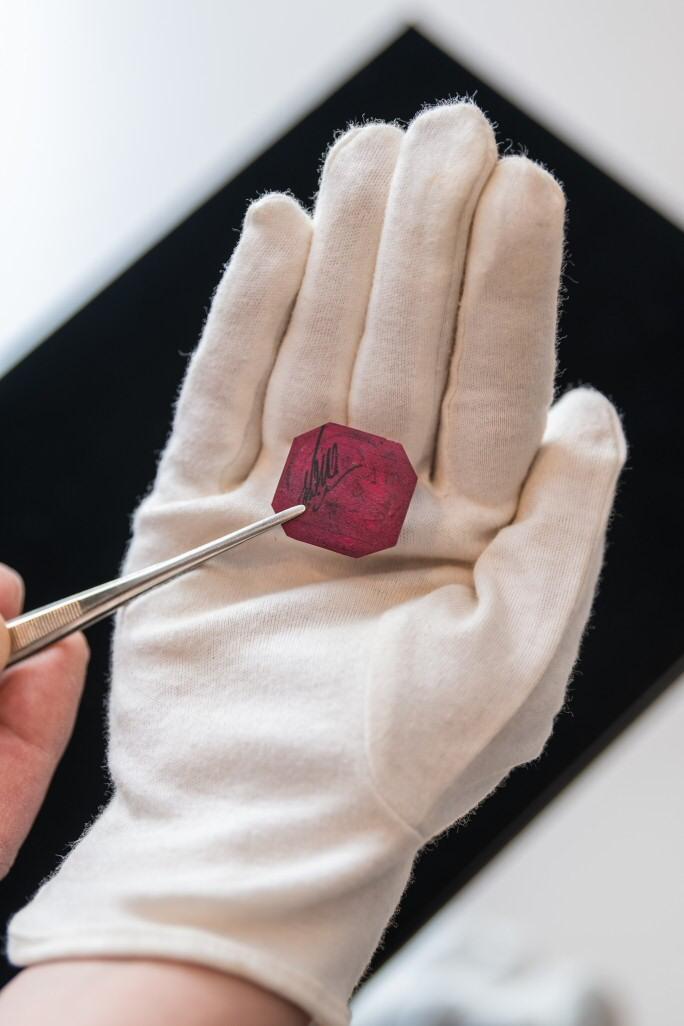 Le One-Cent Magenta en vente chez Sotheby's New-York le 8 juin 2021